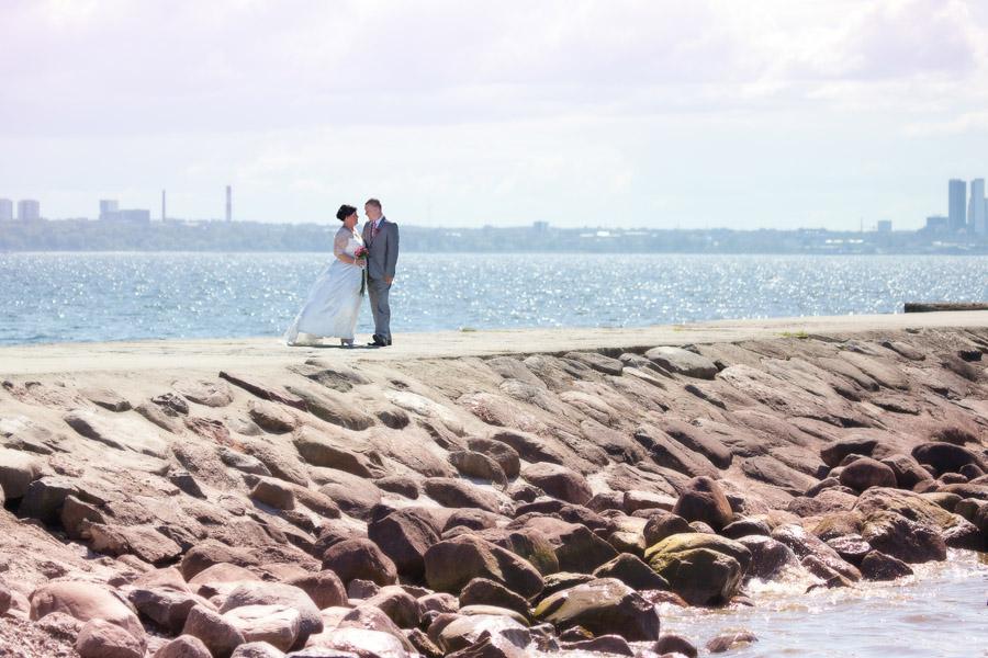 pruutpaar-rannas-muulil