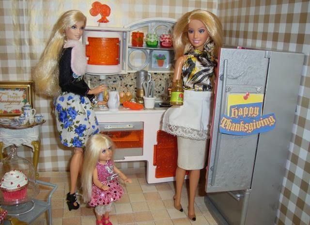 Mientras Barbie Y Su Madre Ultiman Los Preparativos De La Cena, Ken Y Su  Suegro Intentan U0027arreglaru0027 Los Problemas Del Mundo.