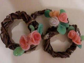 miniaturas guirnaldas con flores rosas