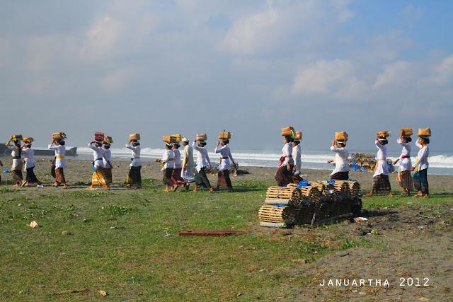 bali image : Ritual Mepeed Nyenuk di pantai Yeh Gangga