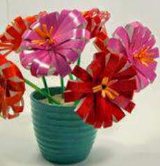 http://manualidadesreciclables.com/15283/flores-de-vasos-de-plastico-como-centro-de-mesa