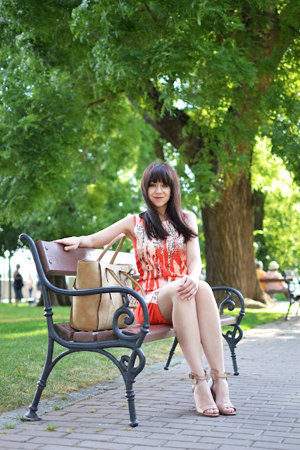 Náš zákazník, náš pán_Katharine-fashion is beautiful_Vzorované šaty_Béžová kabelka_Katarína Jakubčová_Fashion blogger