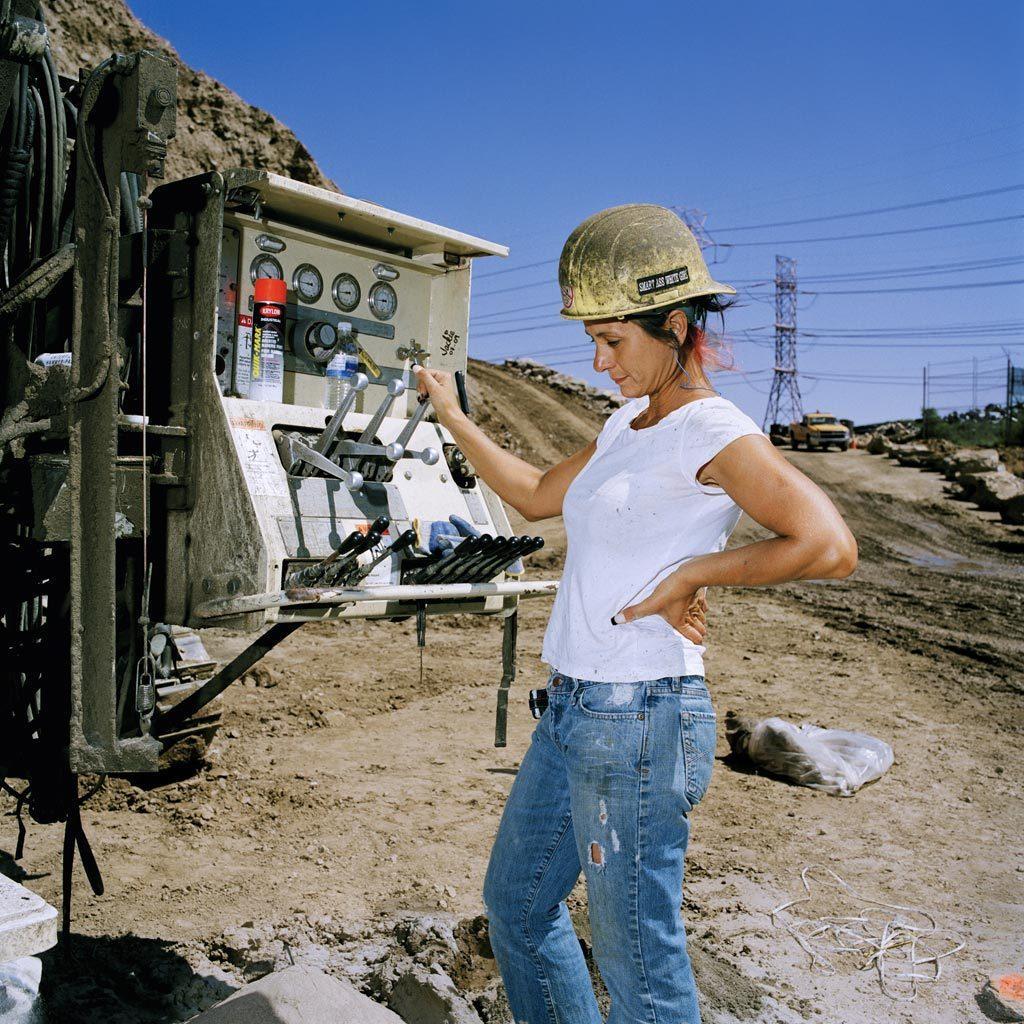 http://1.bp.blogspot.com/-26YpBqKJ1CA/UGOpVl92W7I/AAAAAAAACwk/SVXJ5GxrSSc/s1600/brian-finke-construction-workers-portraits-%252336-female.jpg
