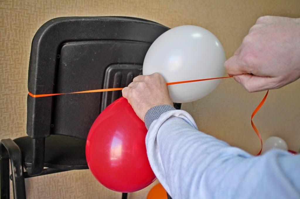 изготовление гирлянды из двоек воздушных шаров