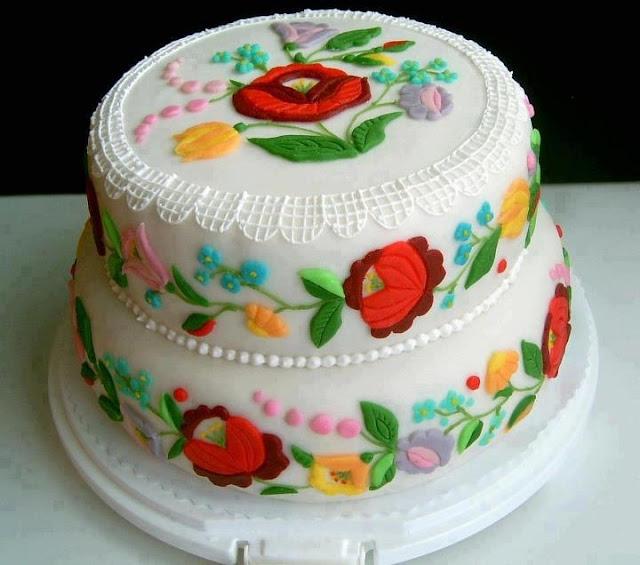 Торт на угорське весілля традиційну вишивку відображено у декорі
