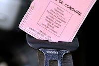 carte permis de conduire sur ceinture de voiture
