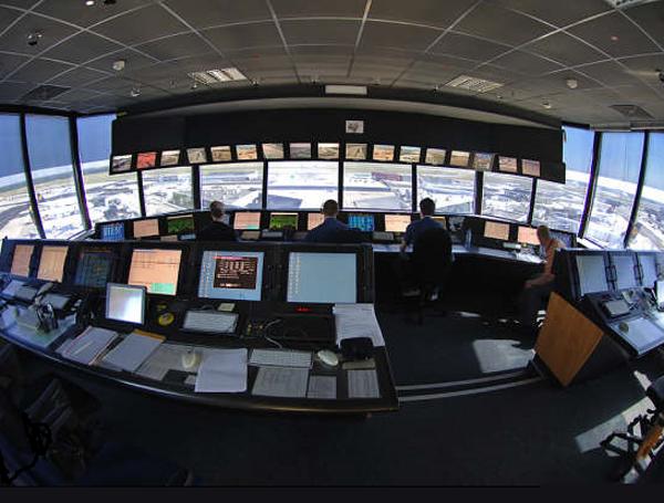 Controladores aéreos españoles convocan a paros parciales en julio