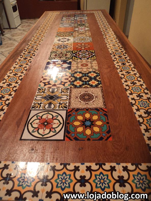 Mesa decorada com adesivos