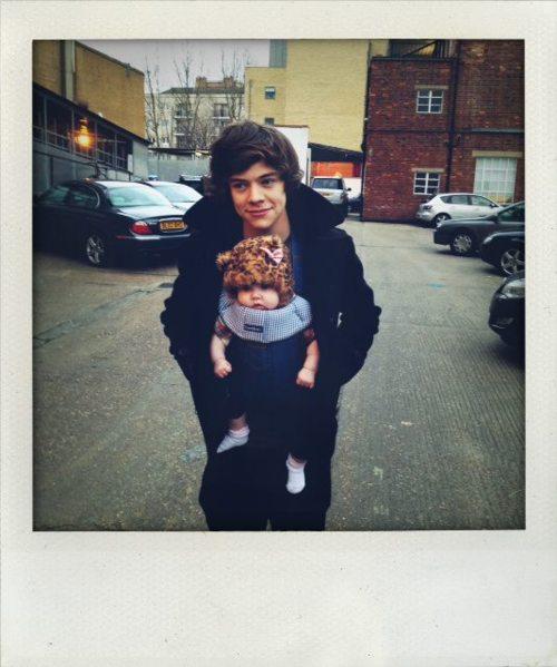 Harry y Zayn con la bebé Lux