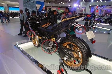 Bentuk footstep mirip tapi bentuk lampu sein beda . . . ini Yamaha YZF R15 V2 atau V3 ? ataukah ini indikasi Yamaha India ga mau sama dengan Yamaha Indonesia ?