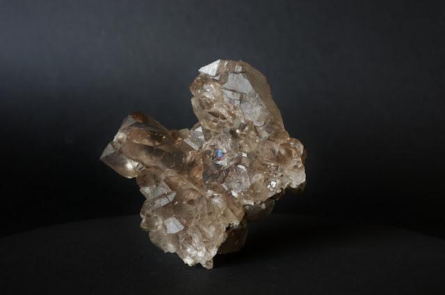 vue générale d'un quartz fumé, quartz à plusieurs  âmes, trouvé dans le massif du Mont-Blanc