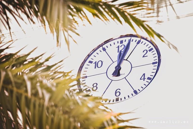 reloj de iglesia marca las 12 horas