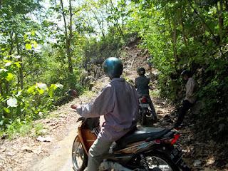 Selain mengakibatkan putusnya akses jalan kedua Kecamatan longsor juga mengancam sejumlah warga yang tinggal di sekitar lokasi