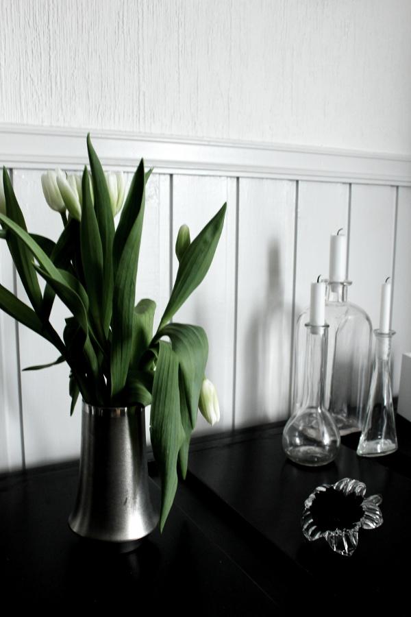 tulpaner, glasflaskor med ljus,