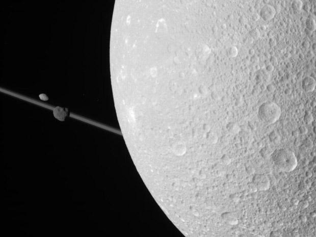 Imagens da órbita da Lua Dione de Saturno