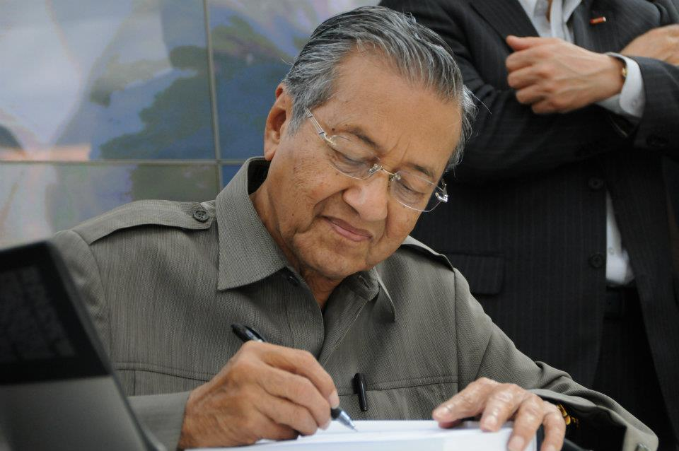 leadership of dr mahathir bin mohamad Tun dr mahathir bin mohamad (jawi:محضير بن محمد ipa: [maˈhaðɪr bɪn moˈhamad] born 10 july 1925) is a malaysian politician currently serving as the seventh prime minister of malaysia he is the chairman of the pakatan harapan coalition, as well as a member of the parliament of malaysia for the langkawi constituency in kedah.