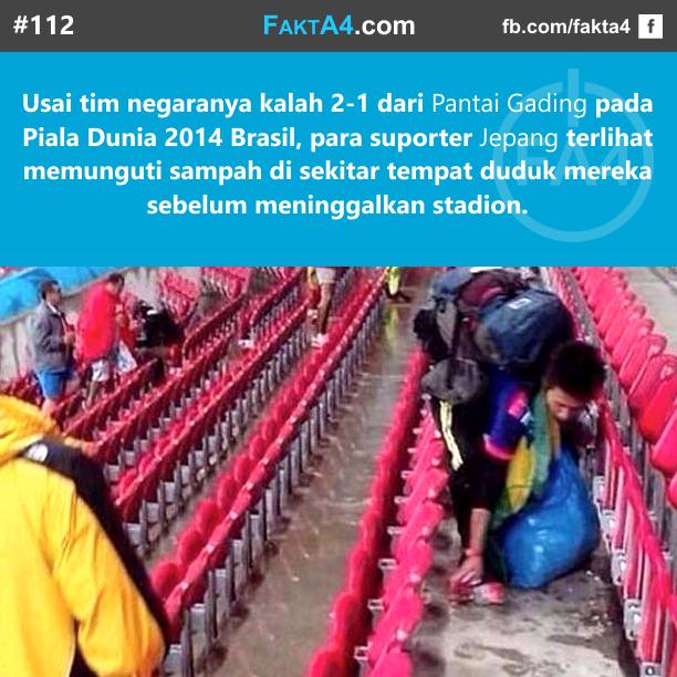 Suporter Jepang Bersihkan Sampah Stadion
