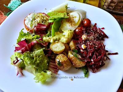 Romã Restaurante Natural: Prato com opções do Buffet de Saladas