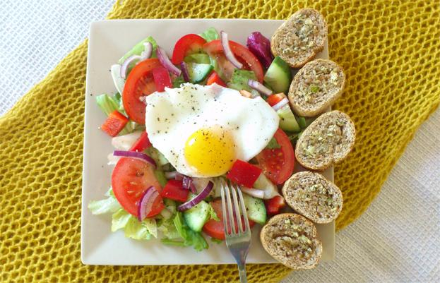 Sałatka z jajem sadzonym
