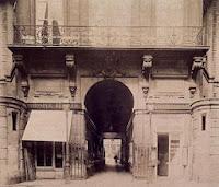 Entrée du Palais Royal par la rue de Valois, photo de Atget 1906