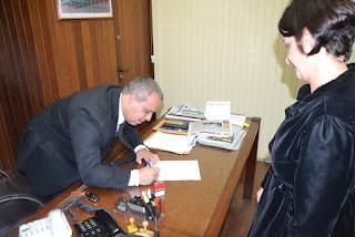 O presidente da Câmara, Maurício Lopes (PSL), recebe da juíza Carla Correa  ofício do TRE