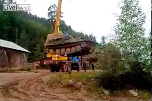 Grua tenta levantar um tanque e puff (video)