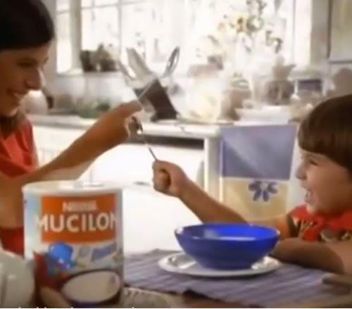 Propaganda do Mucilon nos anos 90. Criança vivendo um mundo de super-herói ao lado da mãe.