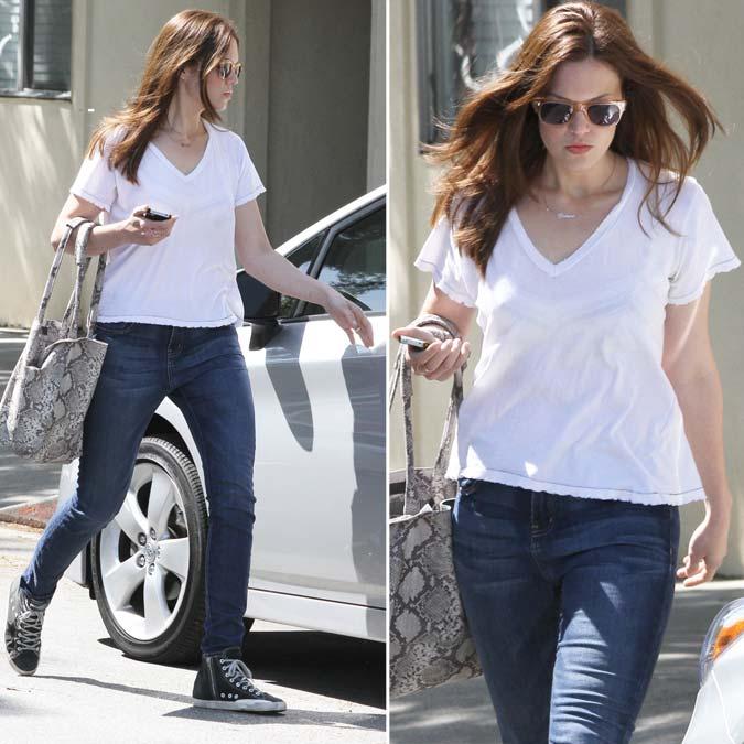 Fotos em HQ: Mandy Moore de jeans e blusa branca saindo de um consultório médico em Los Angeles - 09 de Abril de 2012