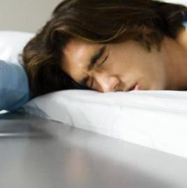 ponoči se prebudim │ drgetajoč │ od utrujenosti ne morem zaspati