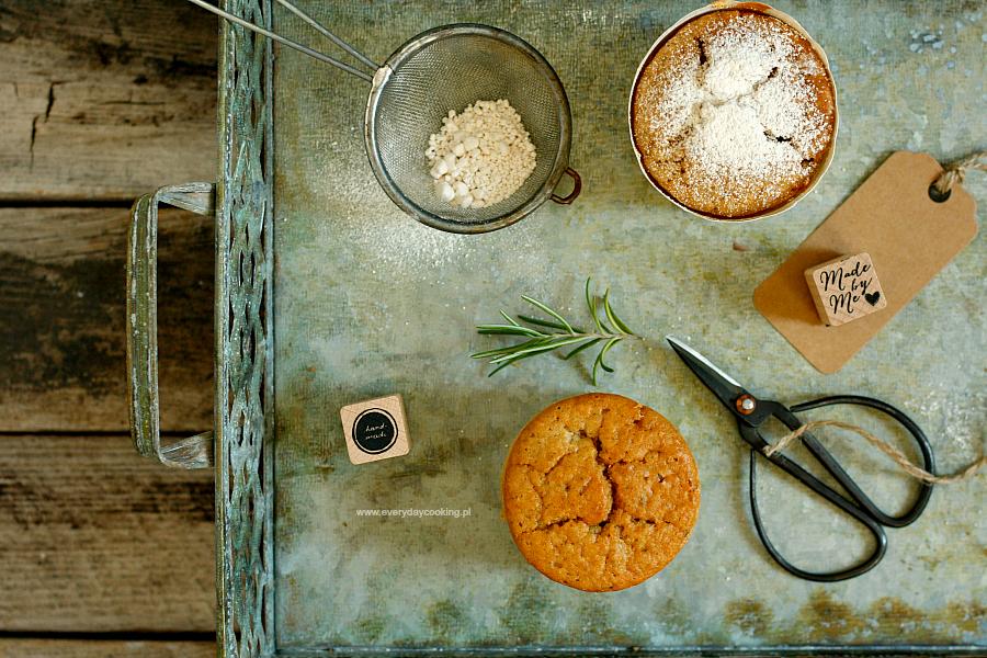 Muffiny na kozim jogurcie z gruszką i rozmarynem