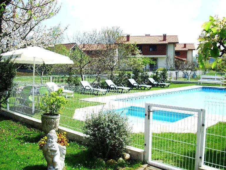 Avemar casa rural con piscina en santillana del mar for Entrada piscina