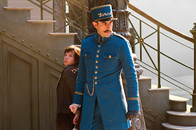 asa butterfield in hugo hides from station police watch