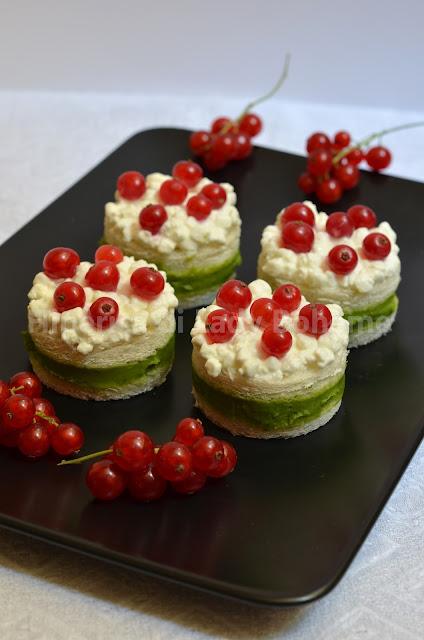 hiperica_lady_boheme_blog_di_cucina_ricette_gustose_facili_veloci_antipasti_tramezzini_farciti_con_crema_di_piselli_e_fiocchi_di_latte_1