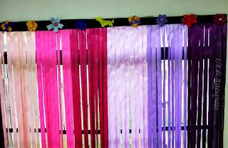 detalhe da cortina de fitas coloridas e flores de tecido