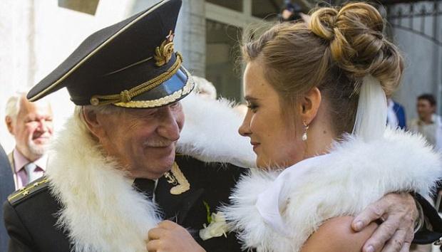 WOW, Aktor Rusia 84 Tahun Ini Menikahi Gadis 24 Tahun