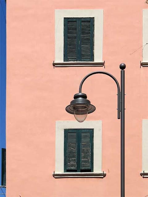 Lampione, finestre su un muro rosa, via delle Galere, Livorno