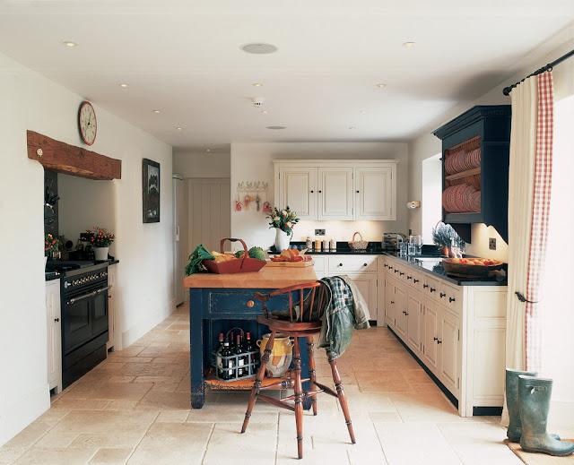 Blanco y azul para una cocina campestre el bungalow for Deco de cocina azul blanco