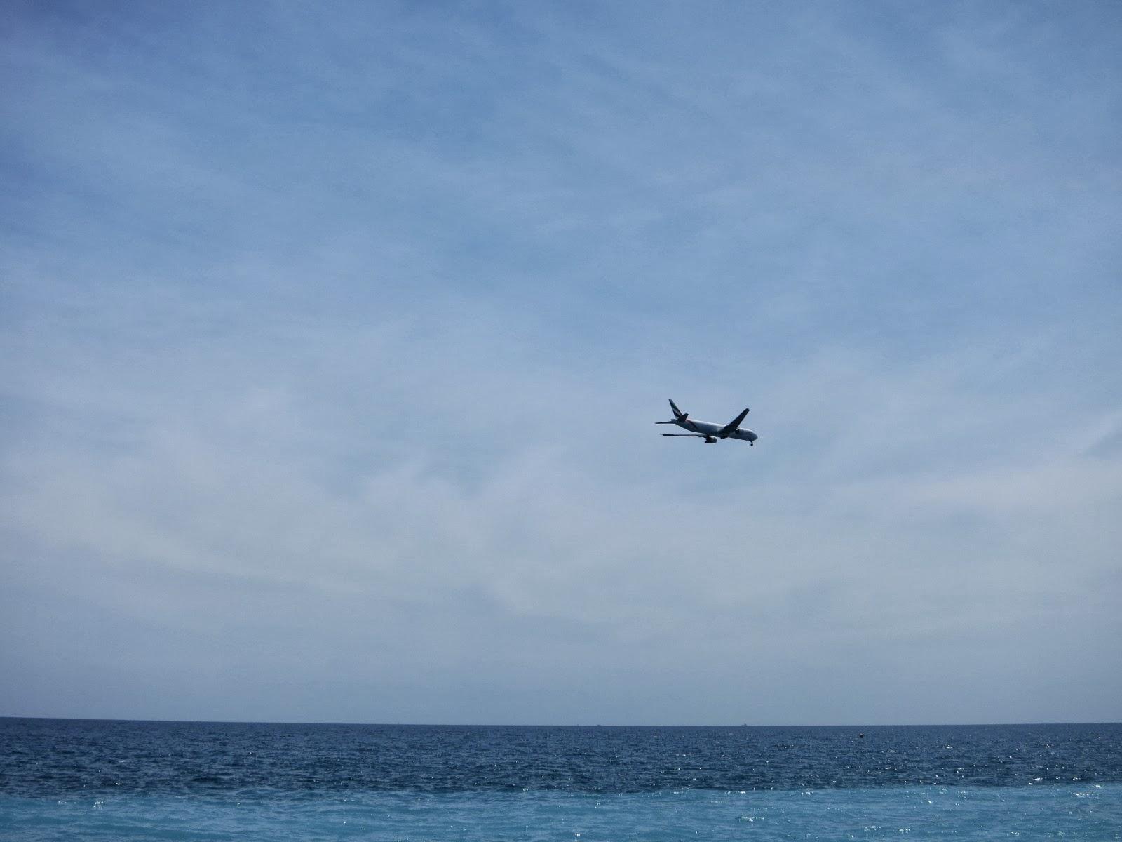 不时看见飞机降落