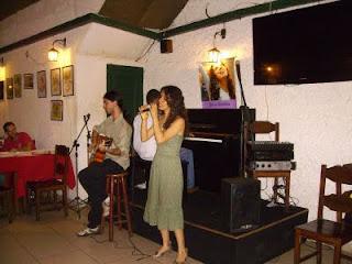 Sara canta acompanhada do violonista Júlio Ribeiro e do pianista Luiz Otávio, no espaço do Salsa e Cebolinha