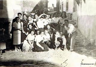 Grupo de gente celebrando una boda en Candelario Salamanca
