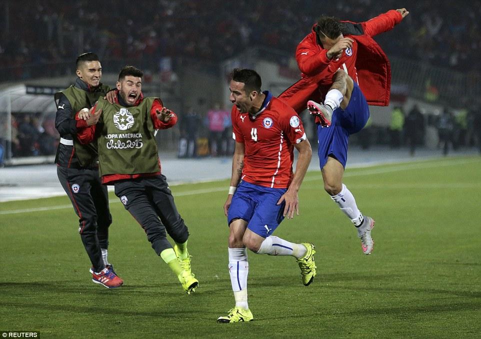 Coppa America: il Cile di Vidal elimina l'Uruguay di Cavani (espulso) e vola in semifinale
