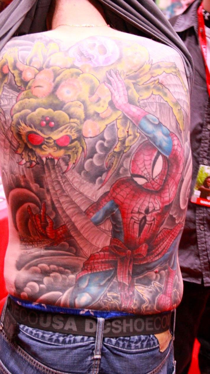 Tatuaje de spiderman en la espalda