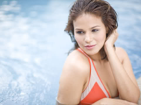 iza calzado sexy bikini at the pool 02