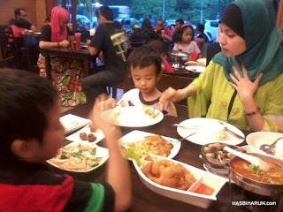 Iftar bersama Adibah Karimah (wife) dan anak-anak di Mama Seafood Restaurant Rawang