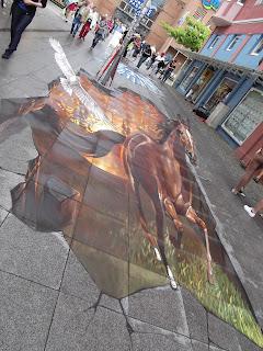 Pferd galoppiert Greifvogel fliegt an der Seite mit. Streetart Festival Wilhelmshaven 2012