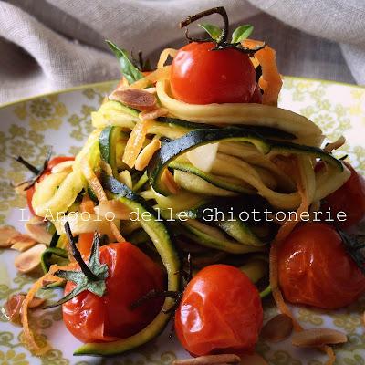 paglia e fieno veggie con pomodorini pachino arrostiti, mandorle tostate e basilico
