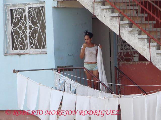 Una mujer tiende ropa recién lavada en Alamar, La Habana, Cuba