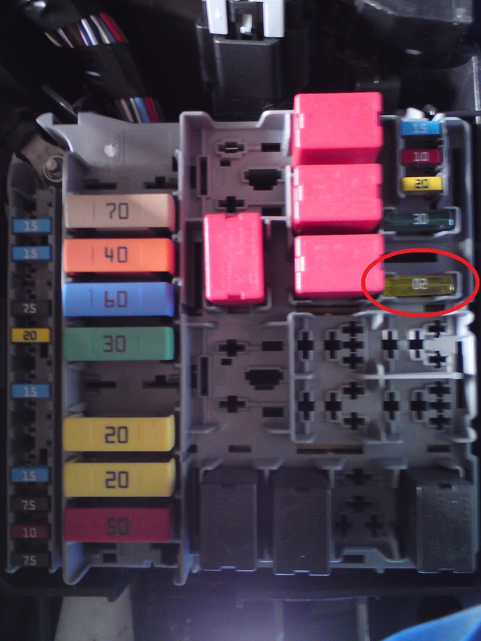 See the highlighted fuse in position F85 (Fuse box in the engine  compartment )