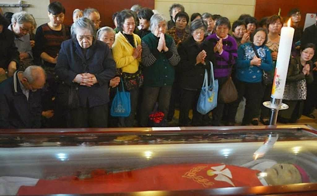 Velório do Cardeal Joseph Fan Zhong-Liang, arcebispo de Shangai. Sofreu décadas em campos de concentração e prisões.