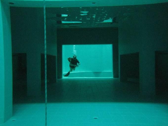 tingkap dalam air dalam kolam renang
